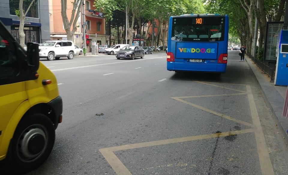 მკაცრდება სანქციები ავტობუსის ზოლში სატრანსპორტო საშუალებების მოძრაობის ან გაჩერების გამო